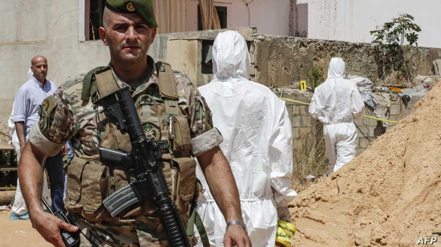 جندي لبناني يرافق فرقا مختصة تحقق في سقطو الطائرتين المسيرتين في الضاحية الجنوبية بالعاصمة بيروت