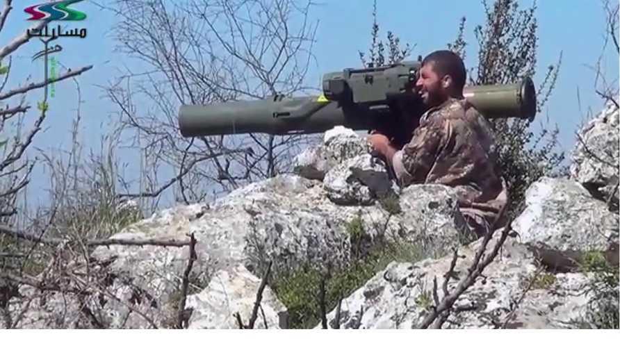 مقاتل في المعارضة السورية المسلحة يطلق صاروخ تاو الأميركي