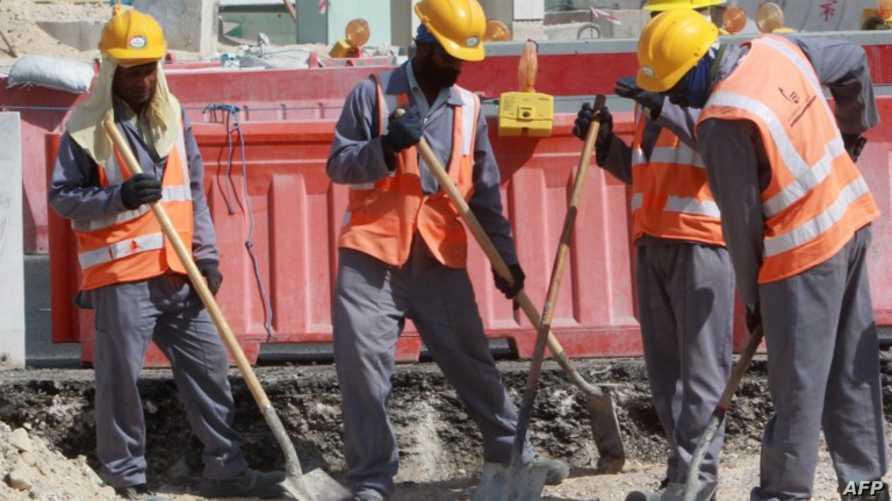 عمال بموقع بناء في قطر
