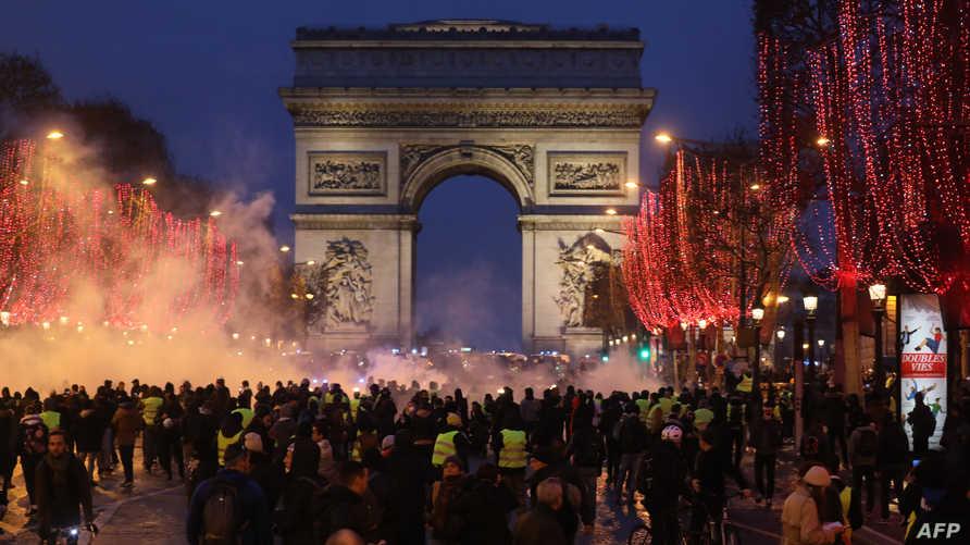 متظاهرون في جادة الشانزليزيه بباريس