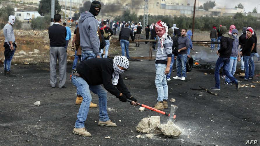 فلسطينيون خلال مواجهات مع الجيش الغسرائيلي قرب رام الله