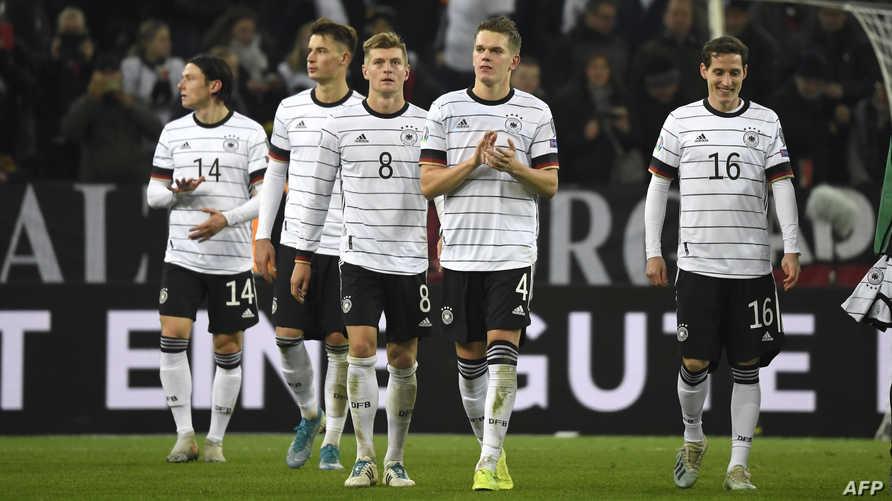 لاعبو المنتخب الألماني يحتفلون بالتأهل