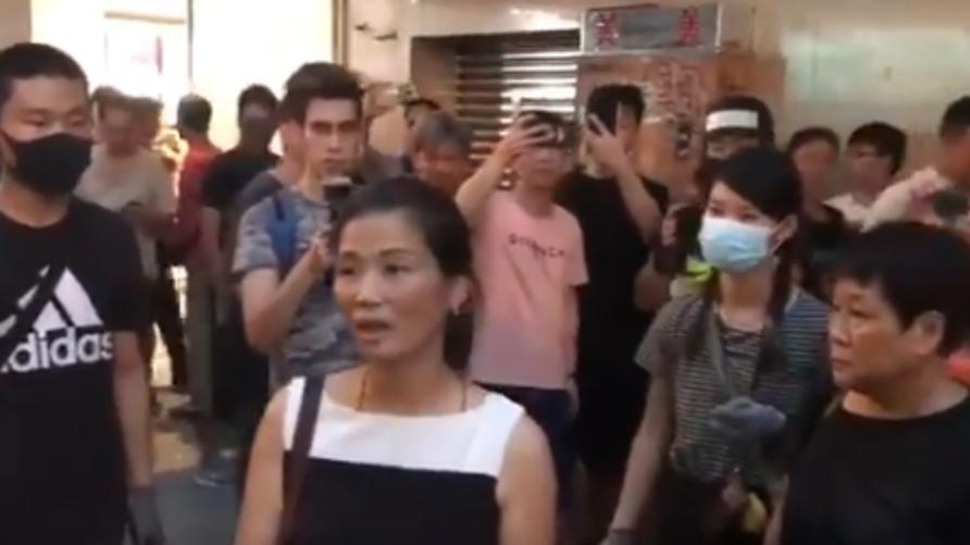 امرأة في هونغ كونغ قد تم الاعتداء عليها من قبل متظاهرين غاضبين