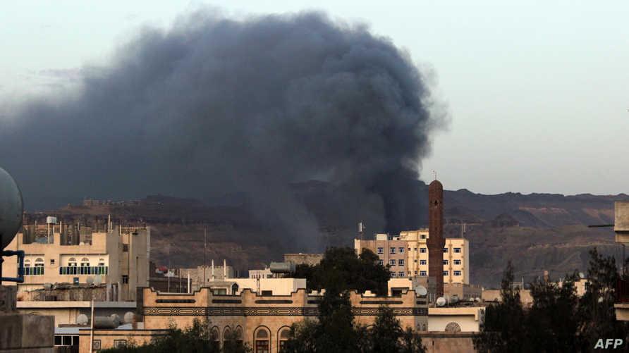 الدخان يتصاعد إثر غارة جوية في اليمن نفذتها طائرات التحالف- أرشيف