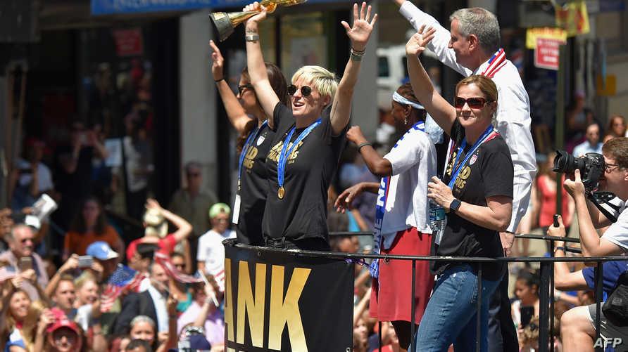 لاعبات المنتخب الأميركي أثناء احتفالهن بالتتويج بكأس العالم