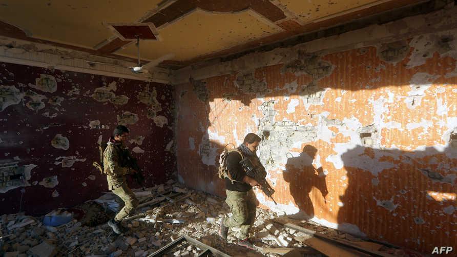 جنديان عراقيان يتفقدان موقعا قرب جويبة شرق الرمادي الخميس