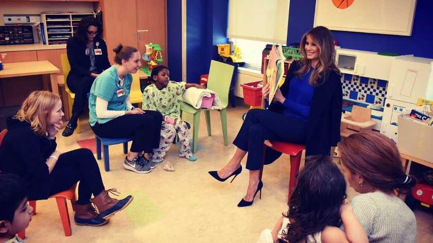 السيدة الأولى تقرأ للأطفال في مستشفى بنيويورك. المصدر: حساب FLOTUS على تويتر