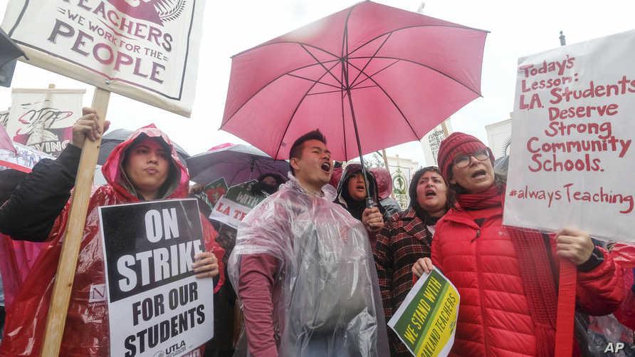 معلمو لوس أنجليس دخلوا إضرابا منذ الاثنين