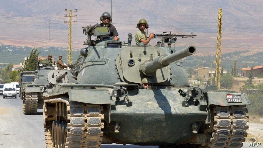 جنود لبنانيون يخرجون من بلدة عرسال بالقرب من الحدود السورية