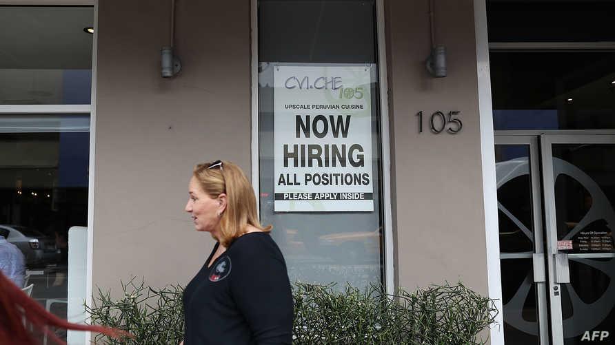 لافتة كتب عليها إعلان للتوظيف في أميركا