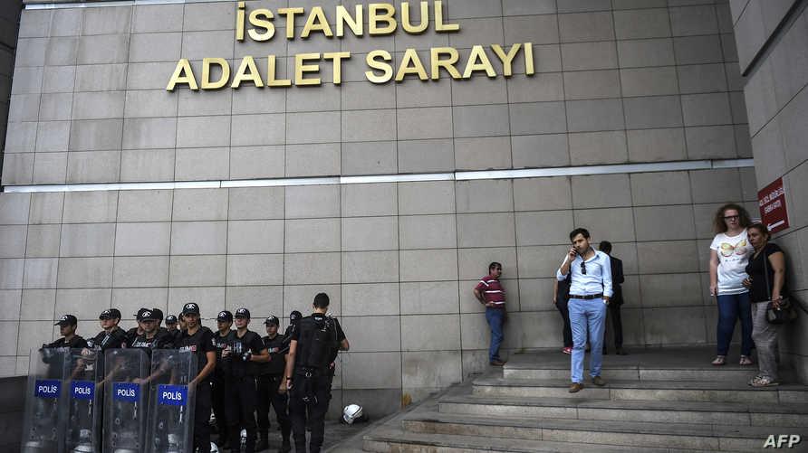 عناصر في الشرطة التركية عند مدخل محكمة في اسطنبول في أعقاب الانقلاب الفاشل
