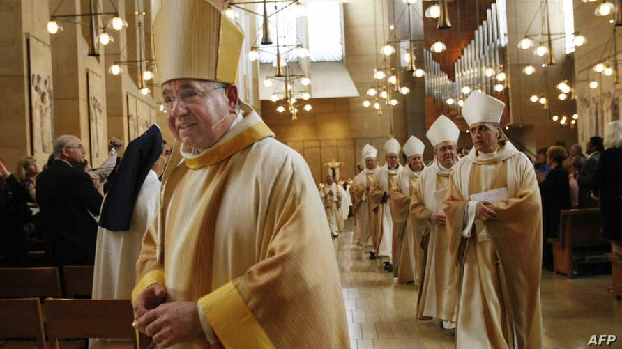 رئيس أساقفة لوس أنجليس خوسيه غوميز مع عدد من رجال الدين خلال قداس
