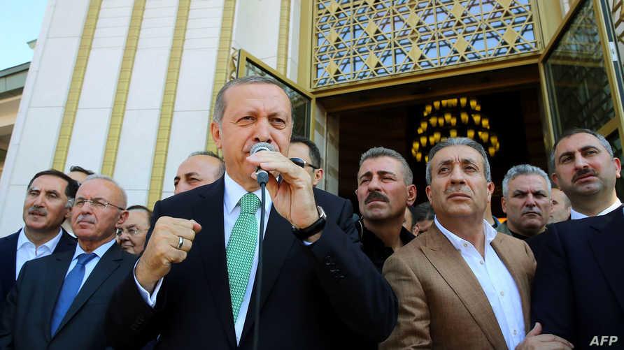 الرئيس التركي رجب طيب اردوغان في أحد خطاباته الجماهيرية متوعدا بملاحقة المتورطين بمحاولة الانقلاب