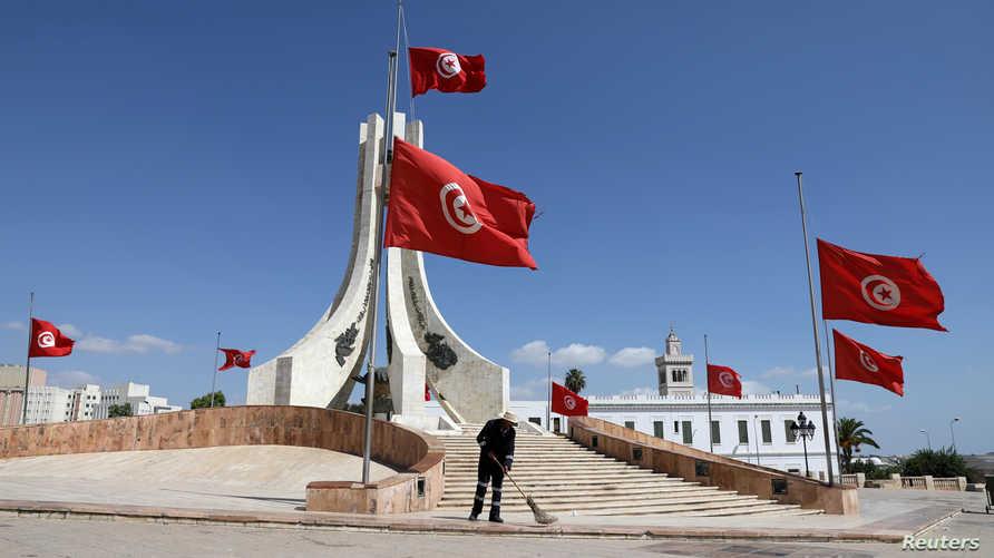 أعلام تونسية خفضت حدادا بعد وفاة الرئيس التونسي الباجي قايد السبسي