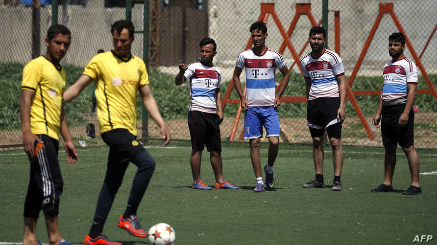 شباب عراقيون يلعبون كرة القدم شرق الموصل