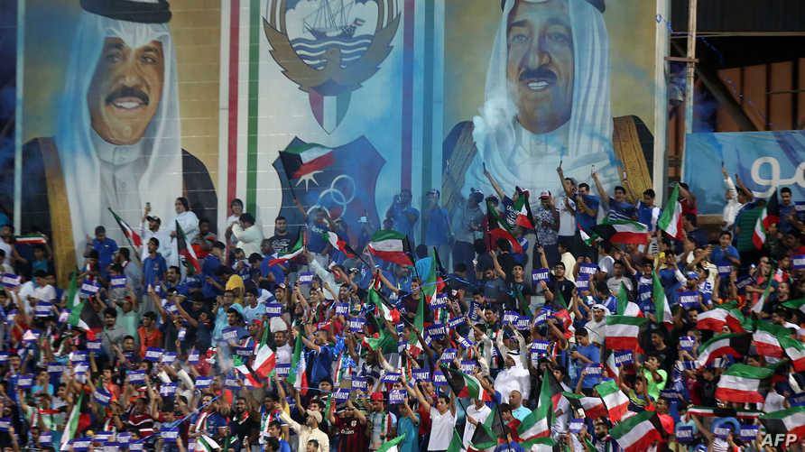 الجمهور الكويتي يشجع منتخب بلاده في مباراة دولية