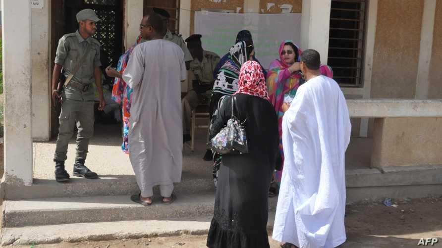 مواطنون ينتظرون خارج مركز اقتراع للإدلاء بأصواتهم