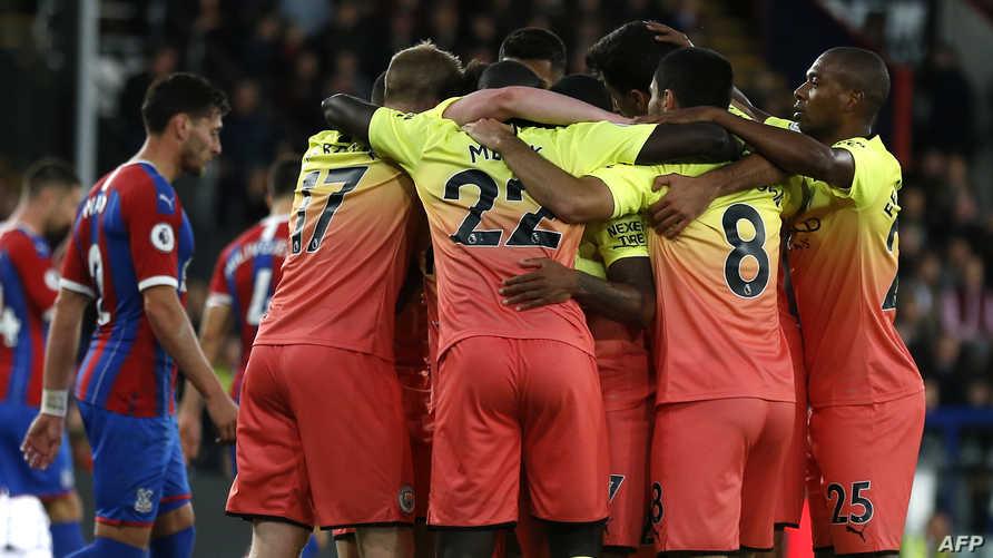 لاعبو مانشستر سيتي يحتفلون بتسجيل تالهدف الثاني ضد كريستال بلاس