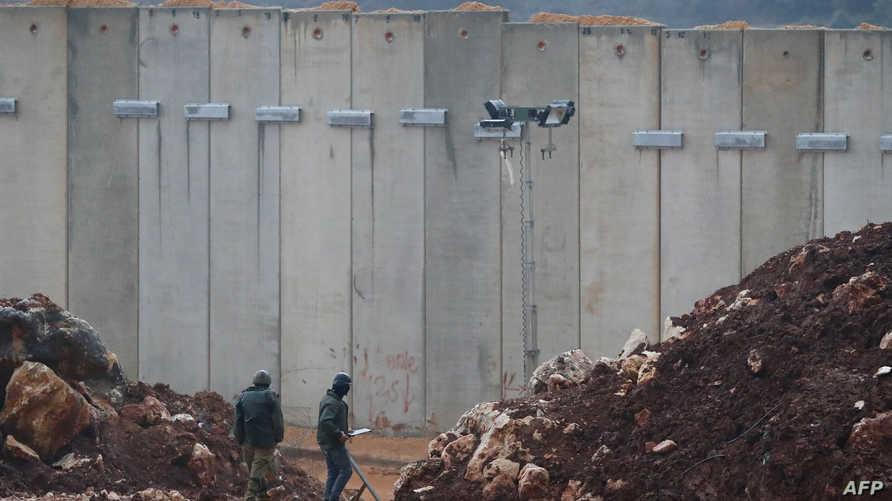 جنود إسرائيليون بالقرب من الجدار العازل بين إسرائيل ولبنان