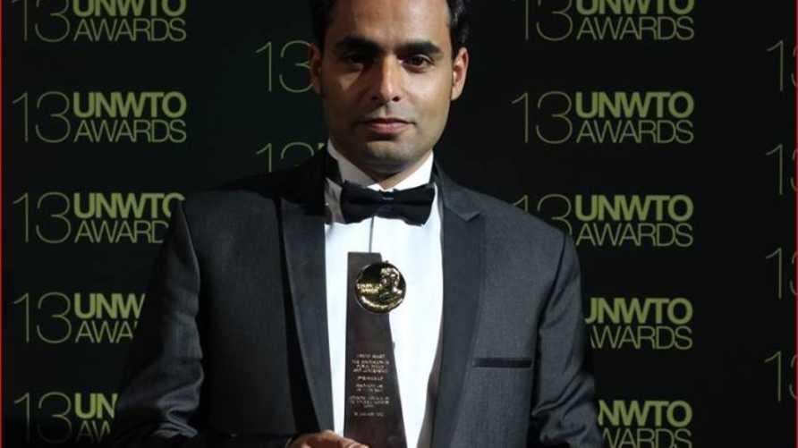 المصري محمد يوسف لدى تسلم جائزة منظمة السياحة العالمية