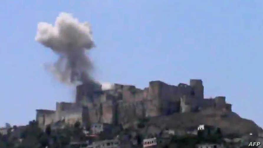 الدخان يتصاعد من قلعة الحصن
