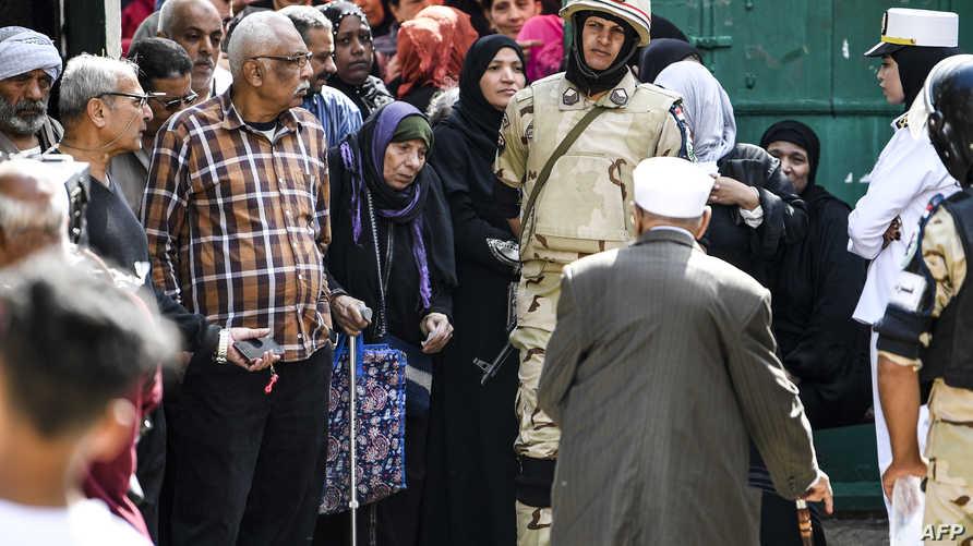 مصريون داخل أحد مراكز الاقتراع في القاهرة