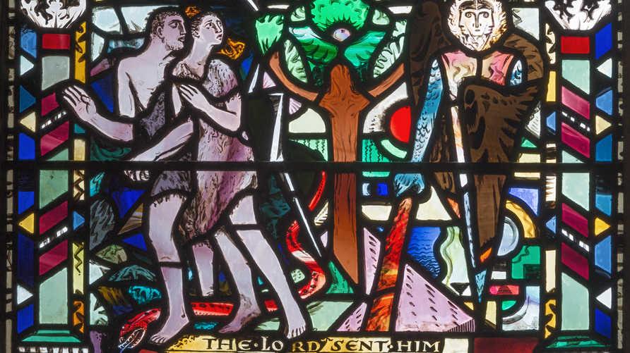 """طرد آدم وحواء من الجنة على الزجاج الملون لـ""""تشارلز بلاكمان"""" في كنيسة سانت إيثلدريدا في بريطانيا"""