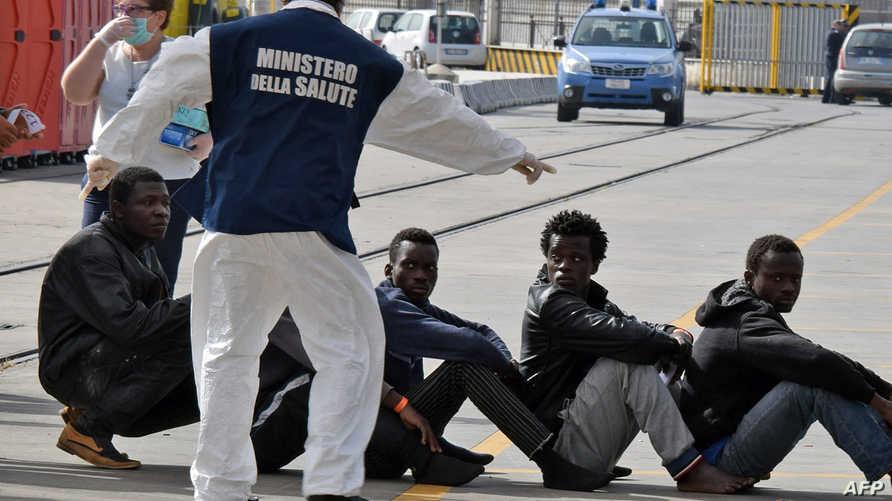 مهاجرون أفارقة أثناء عملية إنقاذهم في السواحل الإيطالية-أرشيف