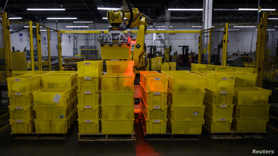 روبوت ينظم حاويات في مستودع لأمازون في نيويورك