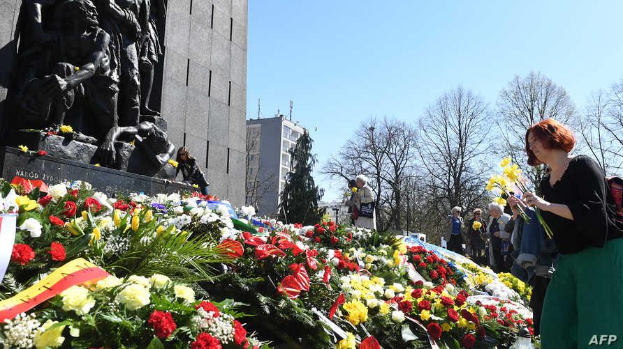 تضع ورودا في وارسو في ذكرى الانتفاضة اليهودية الأكبر خلال الحرب العالمية الثانية