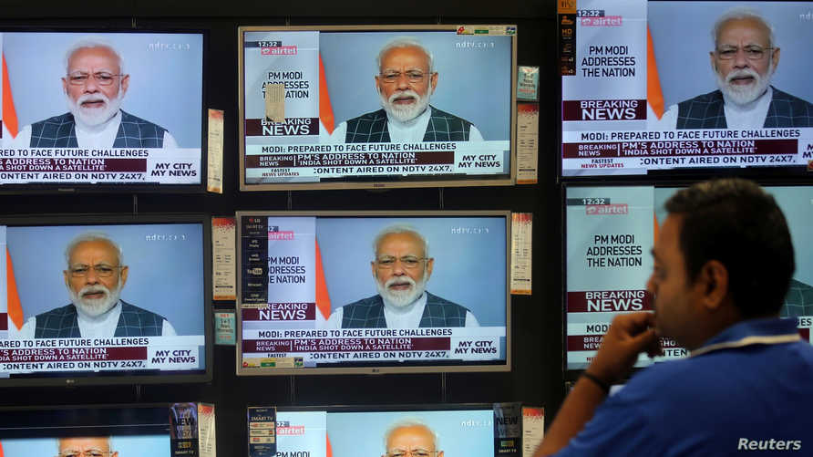 مواطن هندي يشاهد خطاب رئيس الوزراء ناريندرا  مودي