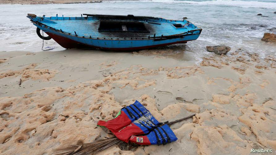 قارب استخدمه مهاجرون على شاطئ مدينة صبراتة