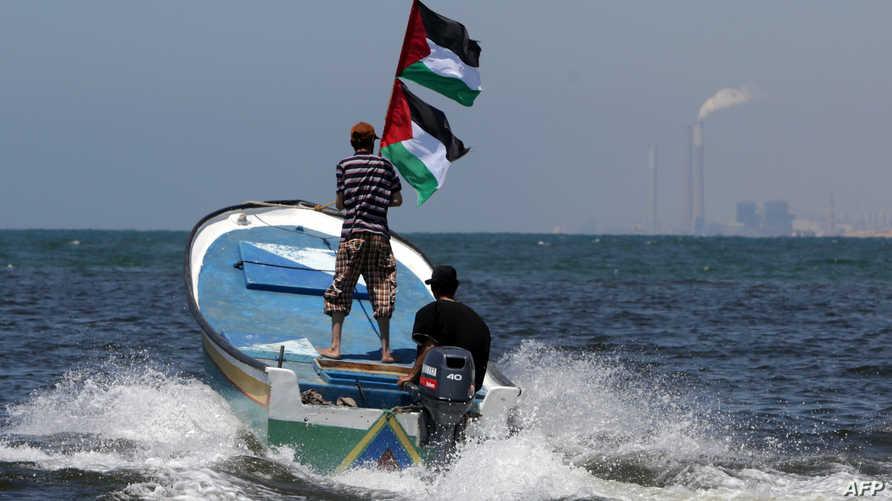 صيادون من غزة على متن قارب يرفعون العلم الفلسطيني تضامنا مع أسطول الحرية 3