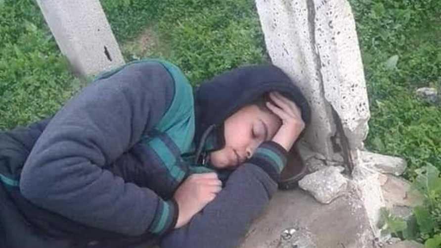 الشاب الفلسطيني يحيى كراجة وهو نائم في مقبرة (أرشيف)