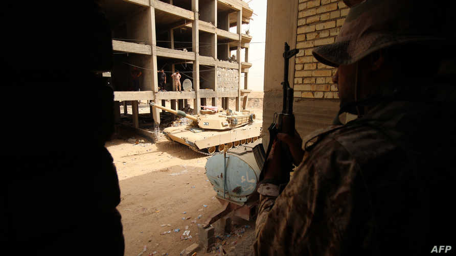 جنود عراقيون يتخذون مواقعهم في منطقة الهياكل في الضاحية الشرقية لمدينة الفلوجة