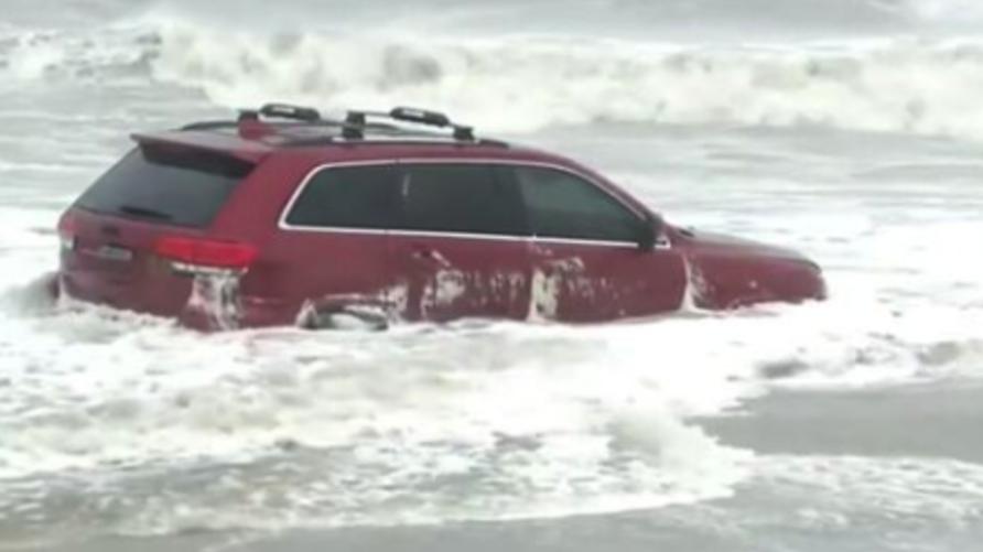 سيارة الجيب المتروكة للإعصار دوريان