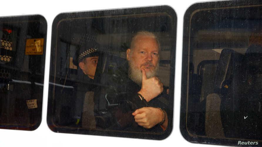 أسانج داخل حافلة صغيرة تابعة لشرطة لندن بعيد اعتقاله