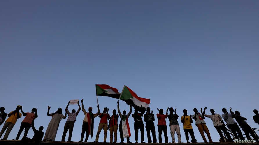 متظاهرون في السودان في اعتصام أمام وزارة الدفاع