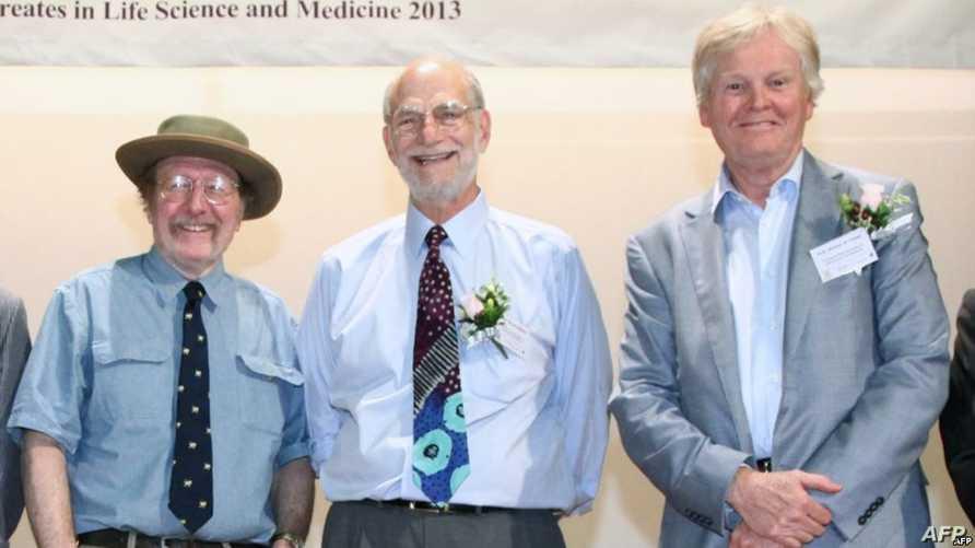 الفائزون بنوبل في الطب جيفري هول ومايكل روسباش ومايكل يانغ (من اليسار إلى اليمين)