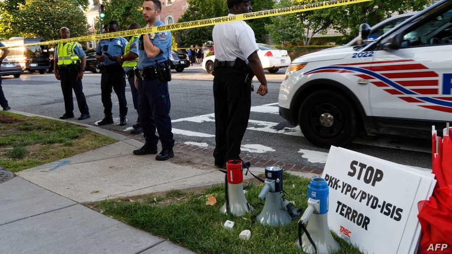 الشرطة تؤمن الشارع خارج السفارة التركية