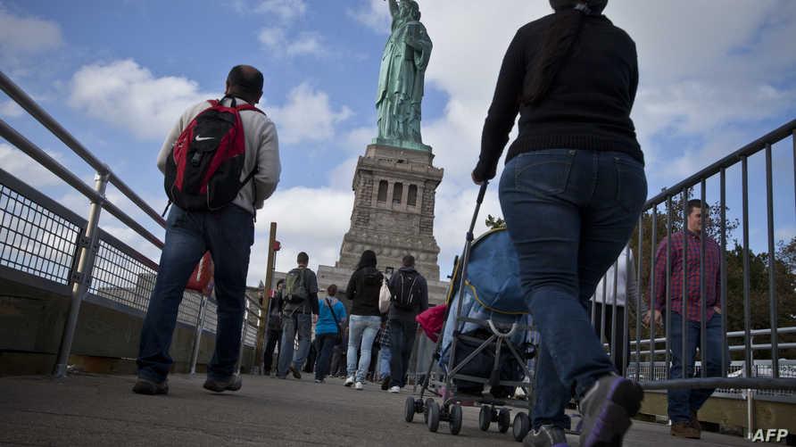 سياح في طريقهم إلى تمثال الحرية بعد إعادة فتحه