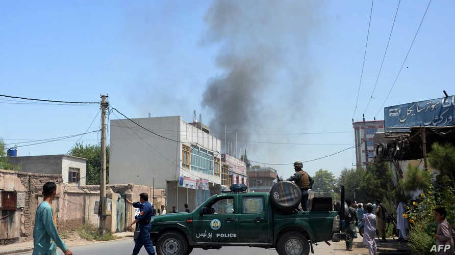 الدخان يتصاعد من مقر هيئة المهاجرين في جلال أباد بأفغانستان
