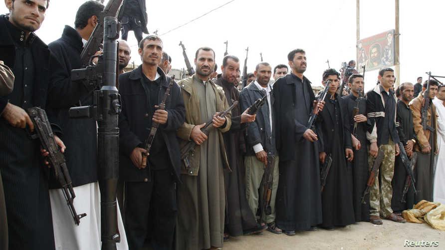 رجال عشائر يتحضرون لتسليم أسلحة يمتلكونها للحكومة العراقية عام 2010 في البصرة