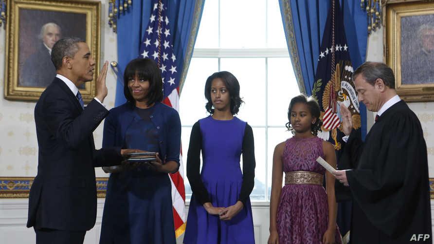 الرئيس باراك أوباما يؤدي اليمين الدستورية أمام كبير قضاة المحكمة العليا بحضور أسرته في البيت الأبيض