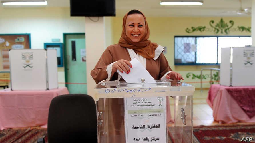 امرأة سعودية تصوت في الانتخابات البلدية