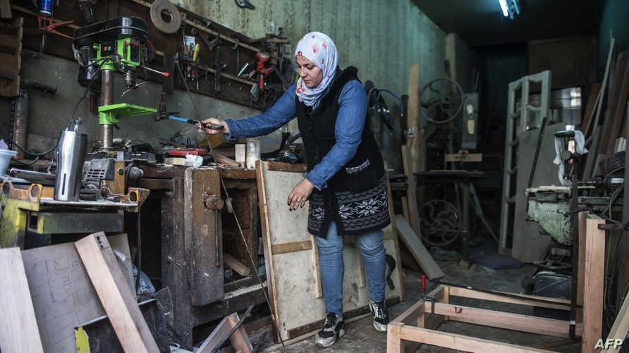 امراة مصرية تعمل نجارة في ورشتها في حي عابدين وسط القاهرة