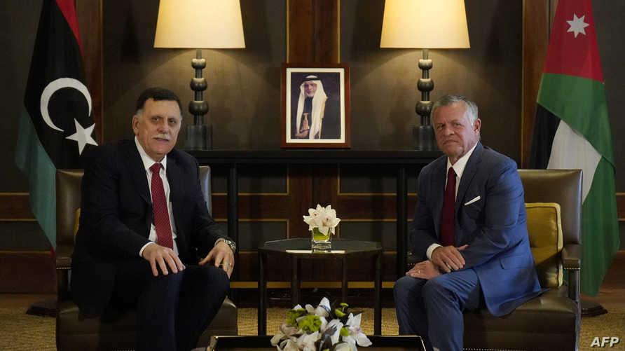 العاهل الأردني ورئيس حكومة الوفاق الليبية خلال اجتماعهما في عمان