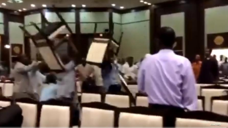 اشتباكات بالكراسي بين ممثلي قوى سياسية في الخرطوم