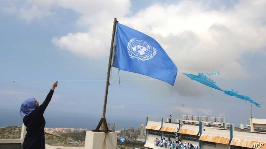 علم أونروا في مدرسة تابعة لها في مخيم فلسطيني في لبنان