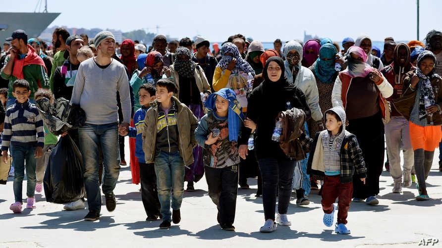 مهاجرون غير شرعيون بعد إغاثتهم قرب السواحل الإيطالية